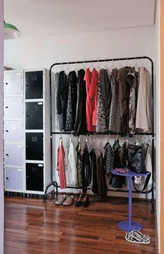 """""""Nossos armários de roupa são araras e arquivos escolares, simples de trocar de lugar e levar na mudança. É uma alternativa à marcenaria embutida e fixa"""", observa Rodrigo Ohtake."""