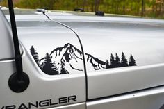 Jeep Wrangler TJ extendida capucha con montaña y árboles