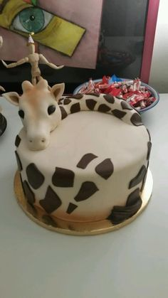 I expect this for my birthday next year. Giraffe Birthday Cakes, Giraffe Cakes, Fondant Giraffe, Beautiful Cakes, Amazing Cakes, Animal Cakes, Novelty Cakes, Fancy Cakes, Creative Cakes