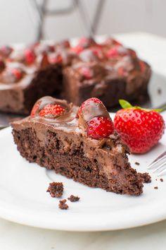 Vegane Brownie-Tarte mit frischen Erdbeeren und Schokoladen-Ganache