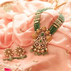 That Emerald touch to antique! modern indian jewellery with some traditional touch using emeralds, diamonds and pearls. Gold Jewelry Simple, Modern Jewelry, Boho Jewelry, Jewelry Shop, Bridal Jewelry, Beaded Jewelry, Fine Jewelry, Fashion Jewelry, Silver Jewelry