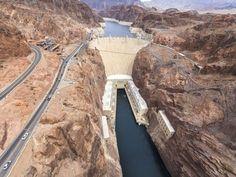 Le barrage Hoover est un barrage poids-voûte sur le fleuve Colorado aux États-Unis, près de Boulder City, à la frontière entre l'Arizona et le Nevada.  Début de la construction : 1931 Hauteur : 221 m Date d'ouverture : 1936 Superficie : 89 ha