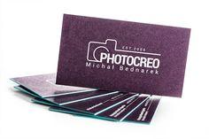 Nietypowe wizytówki dla firmy fotograficznej. Wykonane na podwójnie kaszerowanym, bakłażanowym papierze o łącznej gramaturze 600g z dwustronnym, białym sitodrukiem. Kolor papieru cudownie się komponuje z turkusowymi krawędziami o odcieniu w kolorze Pantone 3262 U.
