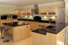 cozinha planejada com ilha de madeira com detalhes em preto
