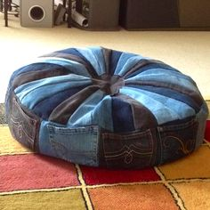 50 cushion covers made of jeans -DIY cushion covers made from recycled materials, Cushion Design offers large quality polyfill, feather and feather/down cushion , Diy Jeans, Reuse Jeans, Diy Dog Bed, Denim Crafts, Jean Crafts, Denim Ideas, Diy Pillows, Floor Pillows, Decorative Pillows