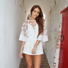 AMAZING WHITEPLAYSUIT WITH SHEER LACE KIMONO SLEEVE POLYESTER MODEL IS 174 CM TALL AND WEARS A SIZE 8