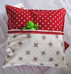 Was macht man mit den Stoffresten aus der Farbaktion? Ein neues Kissen nähen...!  Kleines Kinderkissen mit aufgenähter Tasche für ein kleines Kinde...