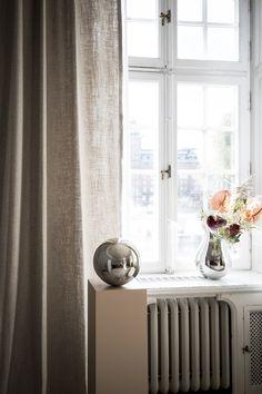Skräddarsydda gardiner från Gotain! Gardin tips - häng gardinerna högt och brett för att skapa rymd i rummet. Dessa Gotain gardiner i vävda i linne och faller i generösa vågor.För att se mer av denna gardin besök oss på www.gotain.com - Vi gör det enkelt att beställa skräddarsydda gardiner! #Gotain #gardiner #gardin #linne #linnegardiner #linnegardin #inredning #interiör