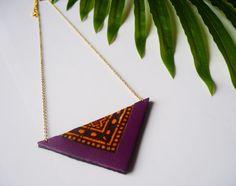 Collier ethnique triangle fait main à partir de tissu wax, de cuir recyclé couleur prune et de chaine en laiton plaqué or par Adorness Jewelry