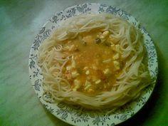 Na trošce oleje zpěníme cibulku. Na cibulku přidáme rozmačkané vepřové maso z konzervy, osolíme, opepříme, přidáme kari a chvilku orestujeme.... Spaghetti, Ethnic Recipes, Food, Essen, Meals, Yemek, Noodle, Eten