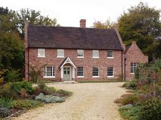 Architecture of the English style design for country houses differs from others with its conservatism and rigor. Modern Georgian, Georgian Style Homes, Colonial Exterior, Cottage Exterior, Exterior Design, Style At Home, Cottage Homes, Cottage Style, Farmhouse Plans