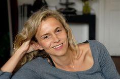 Francouzská spisovatelka Delphine de Vigan má čich na silné příběhy a ví, jak je prodat. Dokázala to svým předešlým autobiografickým románem Noc nic nezadrží a dokazuje to i nyní v knize Podle skutečného příběhu.