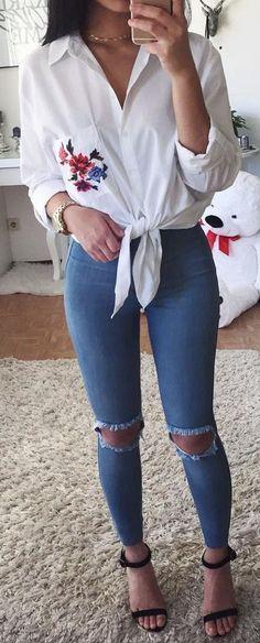 Look do Dia in Alone with a Paper  Calças jeans e blusa branca com bordados  *Clique para acessar o blog*