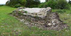 Wo einst der Galgen stand - das Hochgericht bei Pottenstein - Fränkische Schweiz.  Bei erst kürzlich erfolgten Ausgrabungen am alten Hochgericht bei Pottenstein (Flurname: Galgengrund) wurden neben einer Messerklinge vielen Kleiderbeschlägen und kleinen Ringen auch die Überreste von mindestens 15 Menschen gefunden. Es wurden zahlreiche Knochen und ein komplett erhaltener menschlicher Schädel ausgegraben.  Neben Burglengenfeld (Oberpfalz) und Wörth (Unterfranken) ist Pottenstein noch eines…