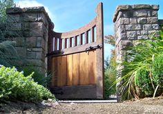 un grand portail en bois massif dans le jardin