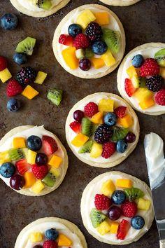 Sugar cookie fruit pizzas (chewy version) - cooking classy p Fruit Pizza Cups, Fruit Pizza Frosting, Mini Fruit Pizzas, Easy Fruit Pizza, Granola, Muesli, Chips Ahoy, Easy Sugar Cookies, Sugar Cookies Recipe