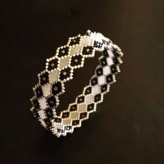 This little bangle is the favorite of the family. This is the fourth I do Macrame Bracelet Patterns, Bead Loom Bracelets, Bracelet Designs, Bangle Bracelets, Beaded Rings, Beaded Jewelry, Beaded Necklace, Bijoux Diy, Jewelry Making