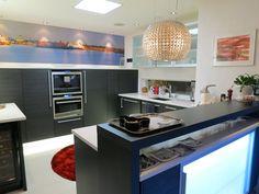 Oma Puustelli keittiömme ja valokuvaaja Niklas Sjöblomin maisemakuva taustalla