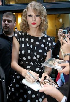 Taylor Swift Photos: Taylor Swift Leaves The Four Season's Hotel