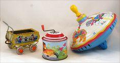 Blikken speelgoed. Zo tussen 1950/1960 in gebruik. Ik herinner me inderdaad nog een soortgelijk poppenwagentje gekregen van Sinterklaas. Ik vond het het mooiste cadeautje!