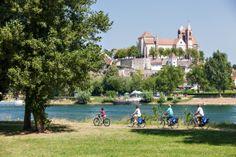 EuroVelo est le réseau des itinéraires cyclables européens composé de 14 routes longue-distance qui traversent 42 pays. Né d'une idée en 1995 mais réellement commencé en 2007, le réseau achèvera sa construction de plus de 70 000 km en 2020.