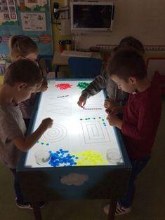 Seguimos experimentando con la mesa de luz y en esta ocasión utilizamos fichas de parchís traslucidas y varias plantillas de trazos para...