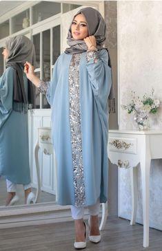 Elisa Ferace Tunik – Mavi – Lefzen Our blue elisa ferace tunic model is zero collar, buttoned at the back and cuffed. The arms are the bat arm. Abaya Fashion, Modest Fashion, Fashion Dresses, Muslim Women Fashion, Islamic Fashion, Moda Hijab, Hijab Evening Dress, Evening Dresses, Arabic Dress