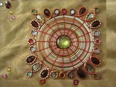 Bordado hindu con espejos, DIY en You Tube Textiles, Embroidery, Holiday Decor, Crochet, How To Make, Simple Embroidery, Tela, Smocking, Handmade Embroidery Designs