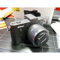 Cámara Nikon V1 - óptica Nikkor VR 10-30mm f/3,5-5,6. Cámara digital con objetivos intercambiables  - Sensor CMOS de 13,2 mm × 8,8 mm - Montura 1 Nikon - Tarjetas de memoria SD (Secure Digital), SDHC y SDXC Construida desde cero para ofrecer grabación de imágenes estáticas y vídeos sin renunciar a nada. Con un sensor CMOS AF increíblemente rápido, ingeniosos modos de disparo, un rendimiento superior en condiciones de poca iluminación y un visor electrónico de alta resolución.