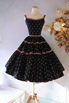 A black and pink Emma Domb party dress with petticoat. Vintage Outfits, Robes Vintage, Vintage Dresses, 1950s Dresses, Vintage Clothing, Look Retro, Look Vintage, Vintage Wear, Vintage Party
