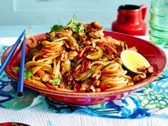 Asiaspaghetti mit Rührei und karamellisierten Erdnüssen Rezept | LECKER