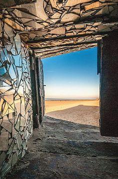 Crédit photo : Laurent Dubus A mi-chemin entre le vestige historique et l'oeuvre d'art, ce bunker est un mystère. Construit en 1944 par les Nazis sur la plage de Dunkerque, il a été entièrement recouvert de miroirs par un anonyme ! Résultat : une création aussi belle qu'intrigante.