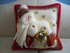 como elaborar cojines navideños - Buscar con Google Christmas Sewing, Christmas 2016, Christmas Crafts, Christmas Ornaments, Christmas Table Decorations, Holiday Decor, Felt Crafts Patterns, Cute Snowman, Christmas Stockings