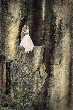 Este casal tirou suas fotos de casamento em cima de um penhasco de 100 metros