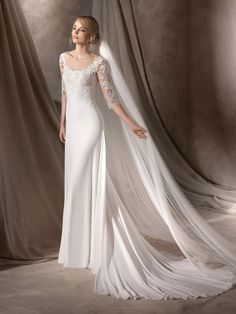 HAWAI is a lightweight, flare wedding dress with appliqué of Chantilly and guipure on tulle. Made in georgette, it has a discreet round neckline