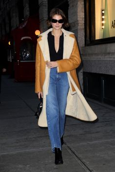 Kaia Gerber and Bella Hadid Sport a New Model Off-Duty Jacket Autumn Street Style, Street Style Women, Beautiful Dresses For Women, Kaia Gerber, Denim Flares, Shearling Jacket, Models Off Duty, Black Leather Boots, Wide Leg Jeans