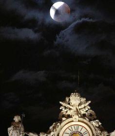 Mondfinsternis 2015: Auch in Rom (Italien) beobachteten Zuschauer den Blutmond über dem Petersdom