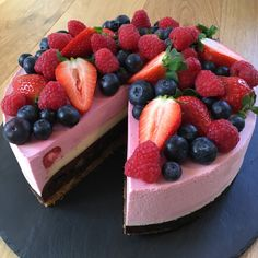 Triple heart attack cheesecake a la Fru Østergaard - Lækker kaloriebombe Fruit Recipes, Cake Recipes, Dessert Recipes, Fancy Desserts, Just Desserts, Recipes From Heaven, Something Sweet, Fondant Cakes, English Food