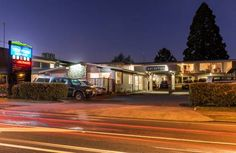 Twin Peaks Lakeside Inn Taupo Located opposite the shores of Lake Taupo, this motel features 2 private spa pools and an on-site restaurant and bar. Every unit includes satellite channels and free WiFi.