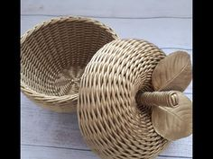 Newspaper Basket, Rattan Furniture, Sewing Tutorials, Basket Weaving, Fantasy Art, Wicker, Diy And Crafts, Handmade, Home Decor