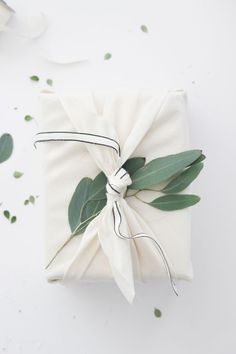We have been working with Studio's assistant Melissa Chao on some gift wrapping ideas for the holidays, using linen cloth by The Everyday Co ., fresh greens and a final touch of cotton ribbon… Wrapping Ideas, Gift Wrapping Tutorial, Creative Gift Wrapping, Creative Gifts, Japanese Gift Wrapping, Wrapping Papers, Wrapping Gifts, Bento Bag, Christmas Gift Wrapping