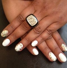 White & Gold Nails >>