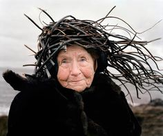 finnish seniors model organic materials in the country; lindas esculturas humanas na roça da finlândia; seaweed