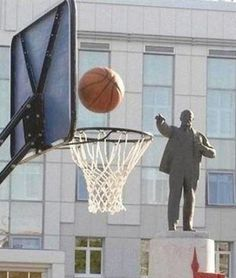C heck out the Funniest moment & picture in Basketball. Here will find very Funny Basketball Picture.See below the Funny Basketball in ac. Epic Photos, Cool Photos, Share Photos, Strange Photos, Funny Images, Funny Photos, Pictures Images, Fun With Statues, Funny Statues
