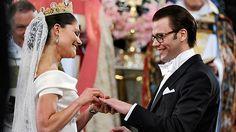 Victoria und Daniel beim Tausch der Ringe
