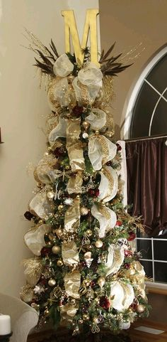 Love the monogram letter as a tree topper! M for madden:)