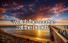 Regarder un couché de soleil sur la plage