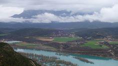 Usana y Banastón en la margen izquierda del embalse de Mediano. Al fondo, la Peña Montañesa (2291 metros)