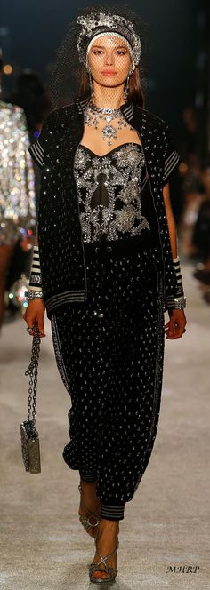 dolce-and-gabbana-fall-winter-2018-19-women-secrets-and-diamonds-fashion-show