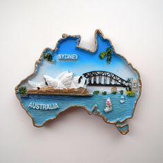 メルボルンの後、本当に初の一人になってシドニーへ!マグネットは有名なオペラハウスと橋が描かれています。この橋の天辺に昇るツアーもあるんですよ!  ここからは余談ですが、シドニーではブルーマウンテンズを観に行きたくて現地ツアーをwebで申し込んだら、ツアー会社から電話がかかってきて、「お客様の宿泊地は危険な場所なので、待ち合わせの早朝時間を一人で歩くのは危険ですので、(参加を)止めてもらった方がいいかもしれません」と注意を受ける…。めちゃくちゃビビってたけど、実際行ってみたら全然怖い場所じゃなくて、この時に「あ、危ないって言われてる場所もそんなに危なくないんやな」とその後の海外への警戒心が解けた気がする。
